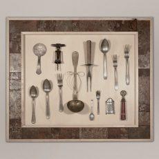 Cornice in legno vecchio rigenerato e metallo trattato (all'interno composizione di oggetti vecchi)