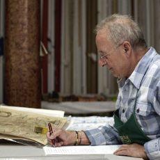 Gianni compila l'elenco delle cornici ordinate